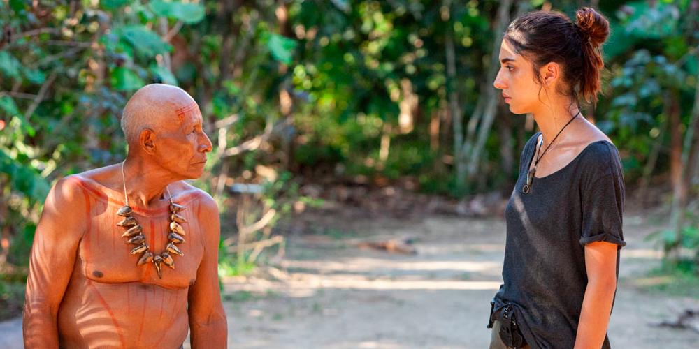 Helena (Juana del Río) y el abuelo Wilson, de la tribu Nai (Antonio Bolívar)