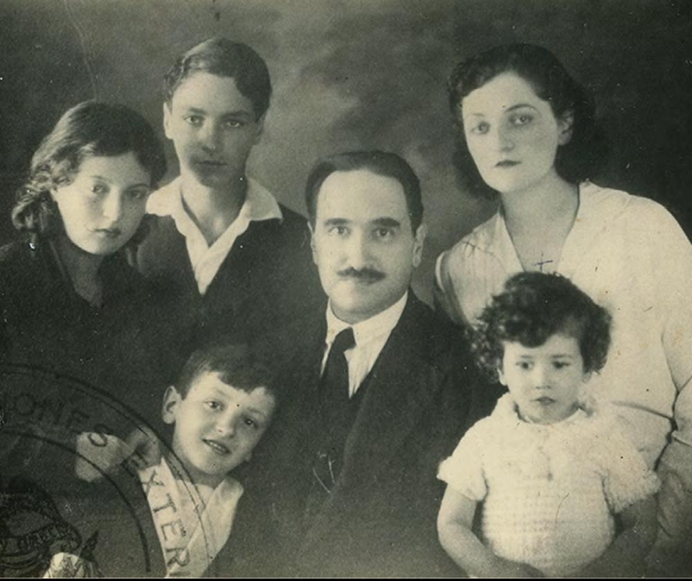 Rretrato familiar (1931). De pie y de izquierda a derecha: Gerda y Edgar Westendorp Restrepo, Calixto Torres Umaña (padre de Camilo) e Isabel. Adelante: Luis Fernando Torres Restrepo y Camilo.