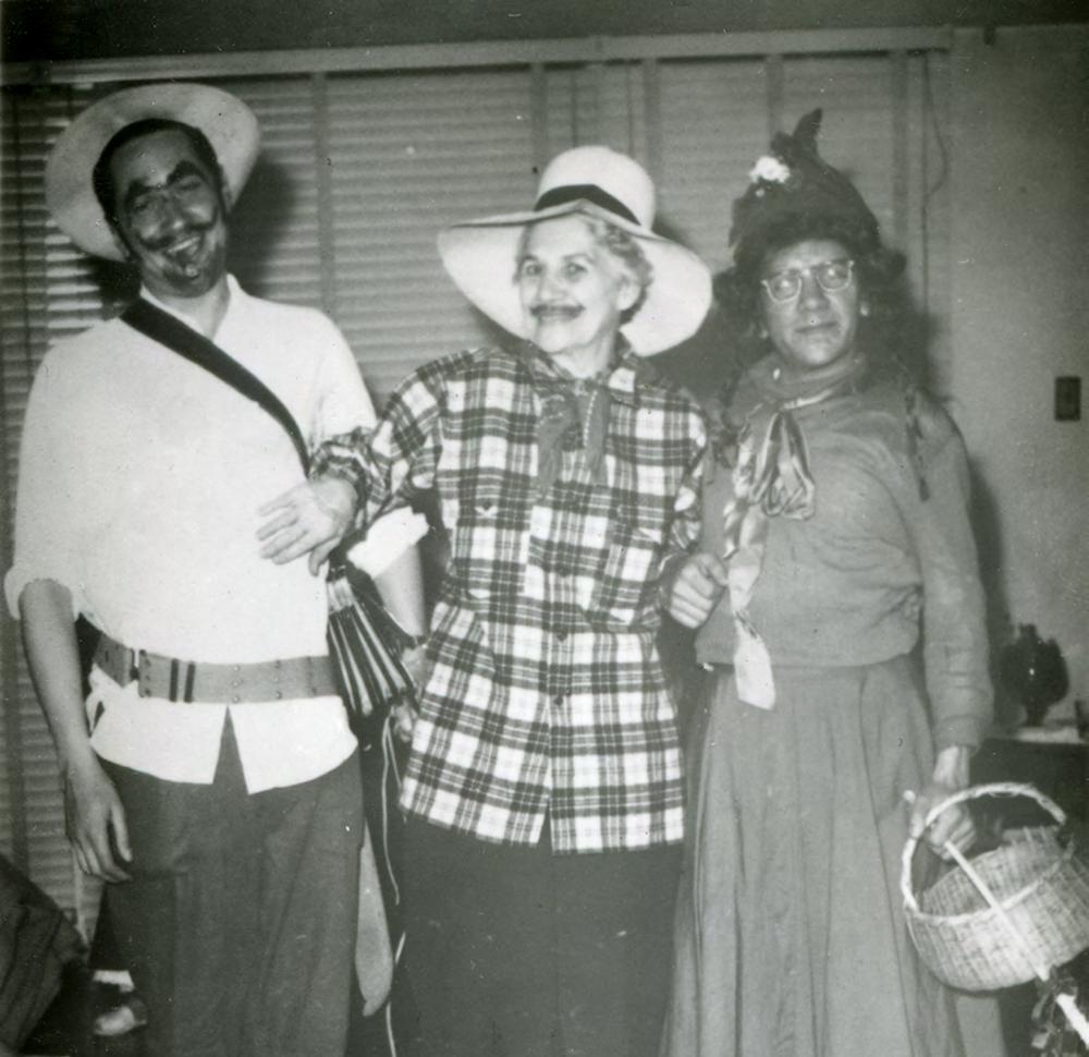 """Fiesta de disfraces. Camilo (izquierda) disfrazado de arriero antioqueño, su madre Isabel (centro) de lo que podría ser un capataz y Jaime Díaz (derecha) de """"loca Margarita""""."""